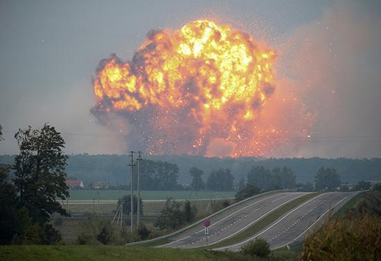 当地时间2017年9月27日,乌克兰卡利尼夫卡,当地一个军火库发生爆炸。视觉中国 资料图