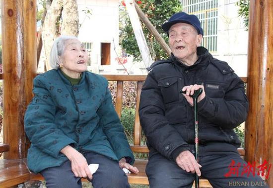 2014年4月陈本初在县烈士陵园祭扫苏杰烈士墓时和老伴在长廊上休息。 杨志富 摄