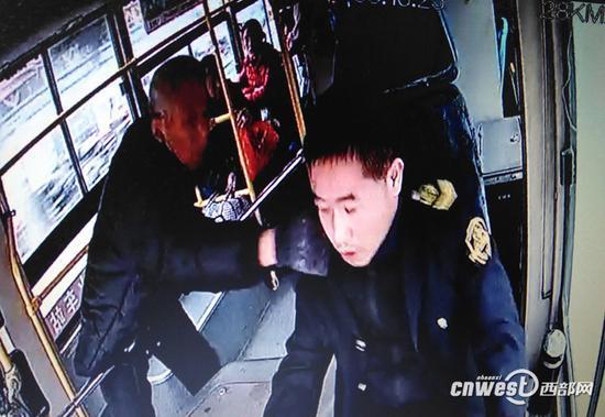 12月3日,安康12路公交车上,一名老年乘客拉拽公交车驾驶员现场监控截图。