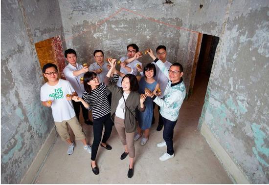 """周子书和他的团队在""""地瓜一号""""——改造前的北京亚运村安苑北里19号楼地下室(黄宇 摄)"""