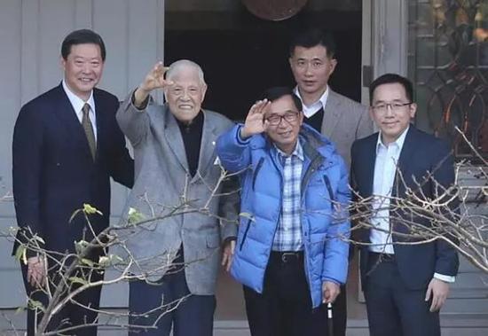 △陈水扁(右二)和李登辉(左二)向媒体挥手