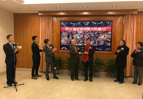 上海博物馆馆长杨志刚给李经泽先生颁发捐赠证书