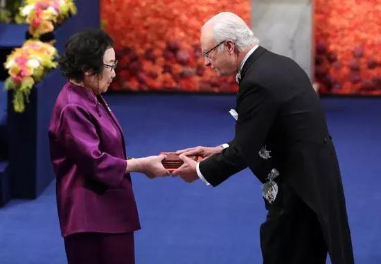 2015年12月,瑞典国王向屠呦呦颁发诺贝尔奖证书。