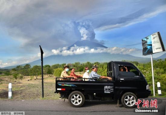 当地时间11月27日,印尼巴厘岛民众从阿贡火山脚下撤离。
