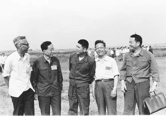 1984年6月12日,歼8Ⅱ飞机首飞成功左起:现场总指挥管德、发动机总师温俊峰、试飞员曲学仁、总设计师顾诵芬、首飞指挥员王昂
