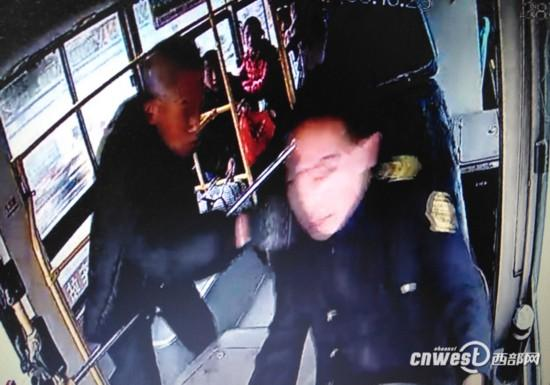 老人拉拽安康12路公交车驾驶员现场截图。