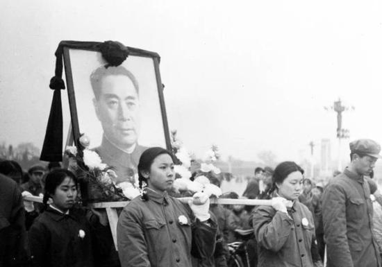 1976年1月8日,周恩来在北京逝世,享年78岁。这是人们抬着周总理画像走向人民英雄纪念碑。新华社发(资料照片)
