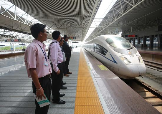 泰国教师来华学习交流高铁技术 新华社发