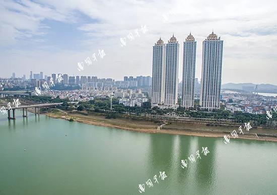 位于南宁市邕江南岸的超高层住宅小区凯旋1号。