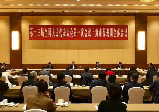 """十三届全国人大一次会议上海代表团的30名代表联合向大会提交了""""关于制定《中华人民共和国财政法》""""的议案。 澎湃新闻记者 赵昀 图"""