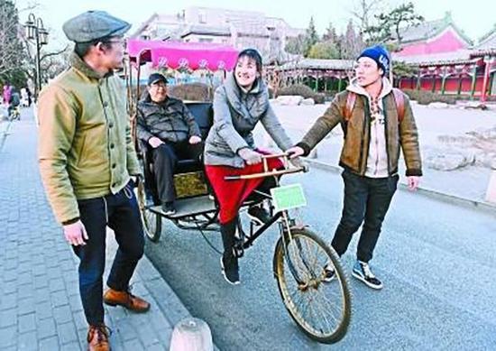 王雪宜(中)在什刹海畔练蹬车。北京晚报 图