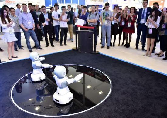 资料图:4月15日,广交会一家参展商展出智能机器人。新华社记者 梁旭 摄