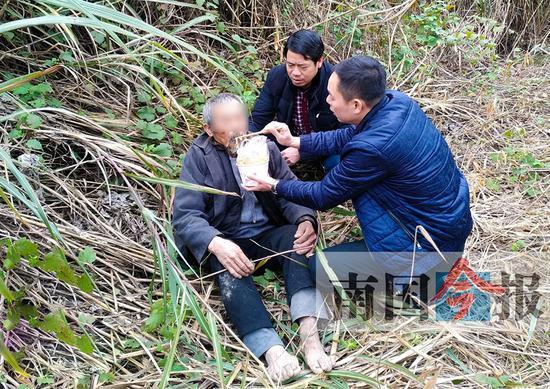 六塘鎮政府工作人員找到老人后,迅速買來食物和水並喂老人吃下。通訊員 王曉峰 吳金金 攝