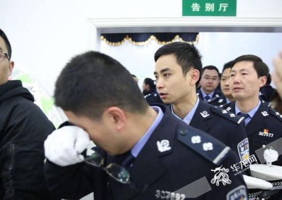 送别仪式现场,杨雪峰的生前同事伤心落泪。 记者 刘嵩 摄