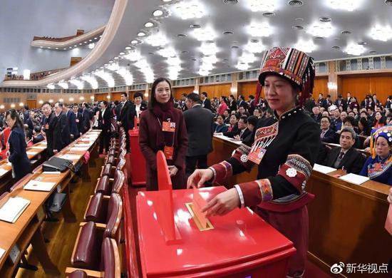 这是代表投票表决中华人民共和国宪法修正案草案。新华社记者 饶爱民 摄