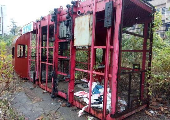 废弃工地上的起重机架子。 楚天都市报 图