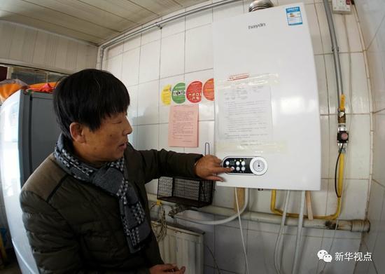 北京全面实施农村清洁能源供暖工程,图为2016年1月20日,一名北京大兴区采育镇西辛庄村的居民在调整自家燃气暖气的温度。 新华社记者 李欣 摄