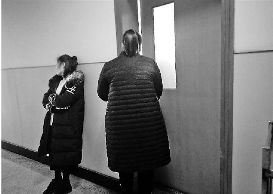 守在病房外的家属,左为伤者孙师傅的爱人。