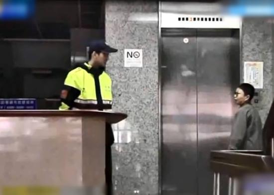 台北警方在现场取证