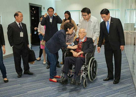 2014年10月,香港浸会大学饶宗颐学术研讨会,饶宗颐先生与本文作者(推轮椅者)合影。作者供图