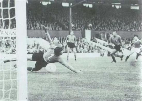 ▲1966年世界杯,朝鲜队攻破意大利队球门的瞬间。