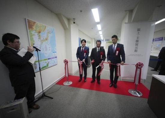 日本领土问题担当相江崎铁磨主持开馆仪式(来源:美联社)