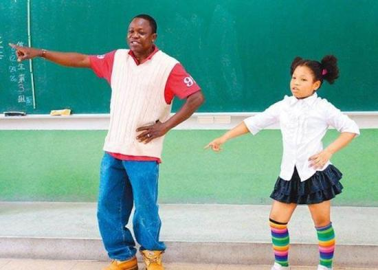 罗帝米(左)与女儿参加歌谣比赛。(图片来源:香港东网)