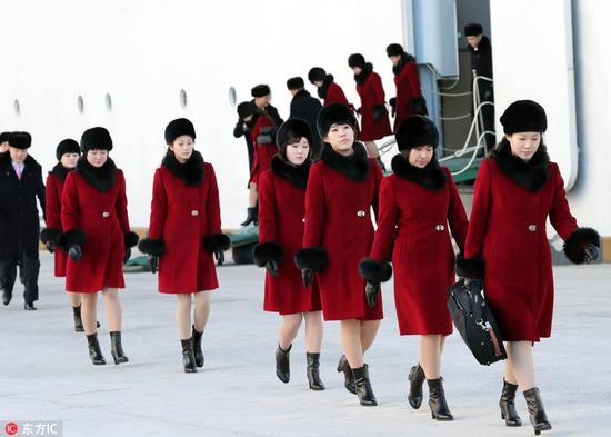 """2月7日,""""三池渊""""乐团在墨湖港下船(图片来源:东方IC)"""