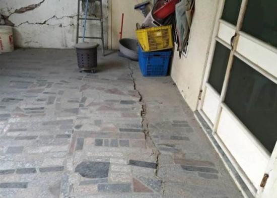 三户台南居民住的倾斜的房子。(图片来源:香港东网)