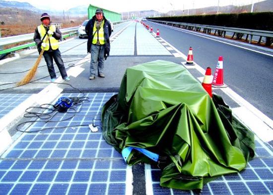 被偷走的一块路面上盖了篷布,并进行了维修。本文图均来自网络