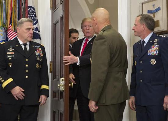 当地时间2017年12月12日,美国华盛顿,美国总统特朗普签署了一项7000亿美元的国防预算法案,包括增加在导弹防御计划方面的支出。 视觉中国 图