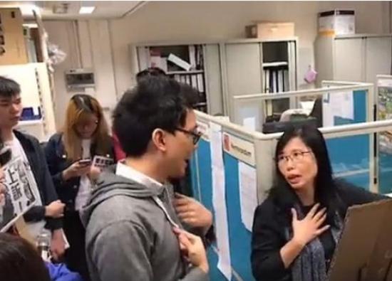 """10多名浸大学生日前""""占领""""语文中心 海外网 图"""