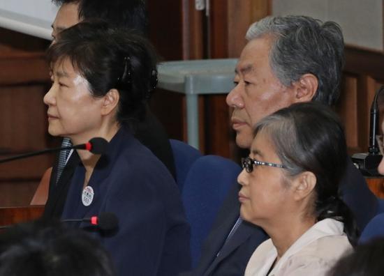 去年5月23日,朴槿惠与闺蜜崔顺实并肩受审