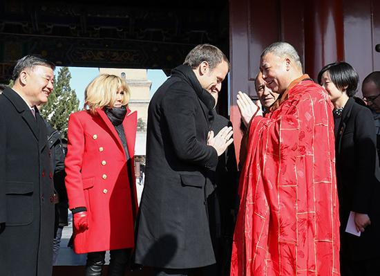 法国总统马克龙和夫人布丽吉特参观大慈恩寺和大雁塔。