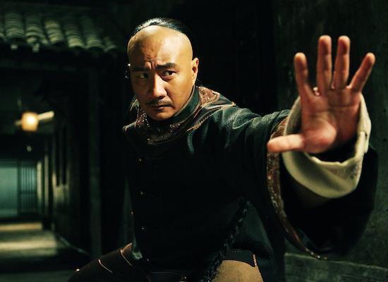 第一代上海王、洪门老大常力雄(胡军饰)宠爱在妓院做丫头的乡下女孩小月桂,却不幸遭人暗算而亡。