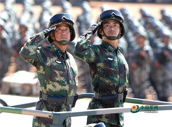赵秋领(左)