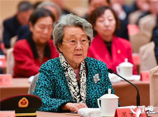周恩来同志的侄女、中国新闻社原副社长周秉德在座谈会上发言。