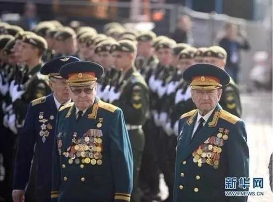 2015年5月9日,俄罗斯在莫斯科红场举行纪念卫国战争胜利70周年阅兵式,几名二战老战士等待入场接受检阅。新华社 资料图