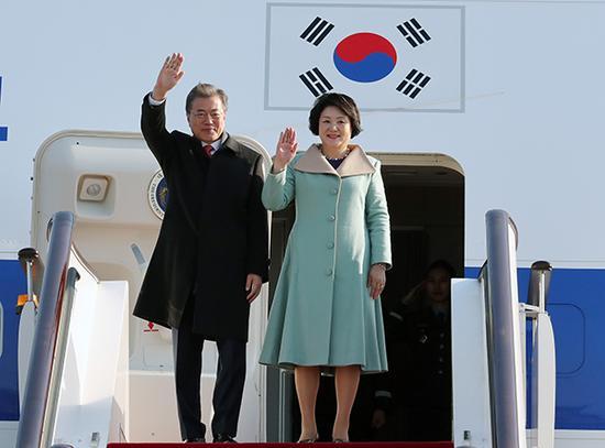 2017年12月13日,北京,韩国总统文在寅乘坐专机从首尔出发,抵达北京首都国际机场。 视觉中国 图