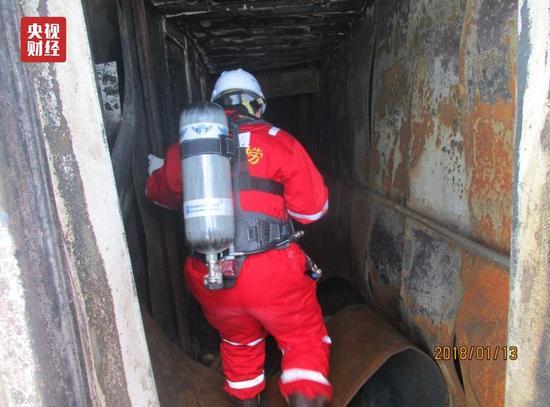 △救助人员冒着生命危险在船舱生活区进行搜寻。