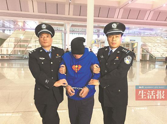 潜逃至国外20年的犯罪嫌疑人潘某生被押解回邕。