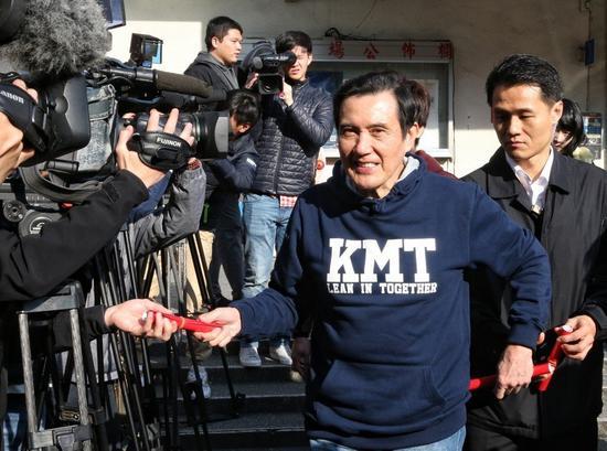"""白字蓝底的""""KMT""""卫衣。(图片来源:台湾《联合报》)"""