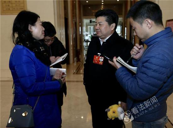 全国政协委员、浙江省教育厅副厅长韩平(右二)在接受媒体采访。摄/法制晚报・看法新闻 记者 黑克