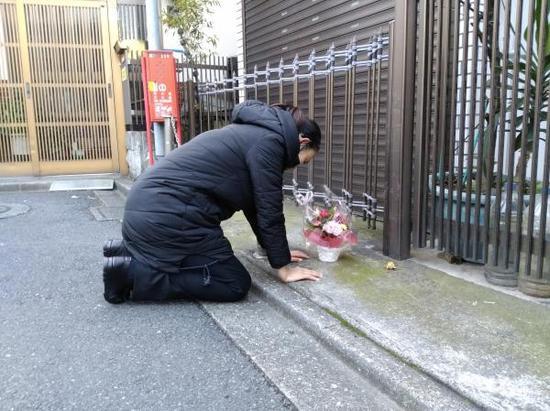 江歌母亲于12月11日早上去往江歌生前栖身公寓祭拜。
