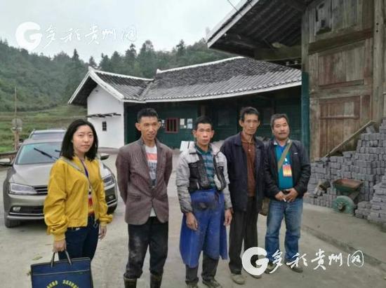 徐梅生前照片(左一)