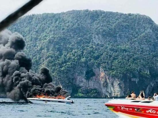 泰国南部甲米府皮皮岛邻近产生的快艇起火爆炸事变现场。 新华社 图