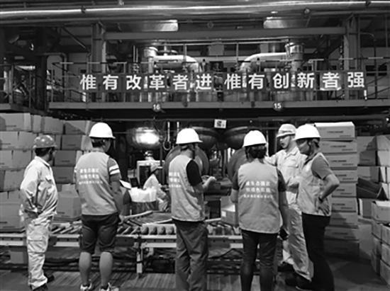 图为闻臭师队伍在某企业生产车间内听取介绍。中国环境新闻 图