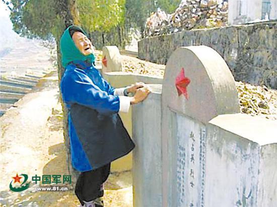 2004年,在嵩明县民政局的资助下,赵斗兰第一次赴麻栗坡烈士陵园扫墓。 中国军网 图
