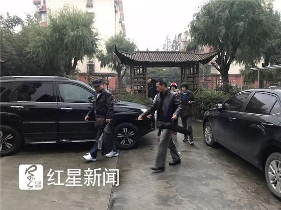 ▲11月29日早上6点多,受害人杨俪萍家属从家里出发去庭审现场。图片来源:红星新闻