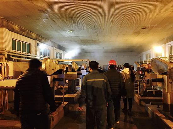 河北省环保厅环境综合执法局执法人员正在玉星生物工程有限公司检查。